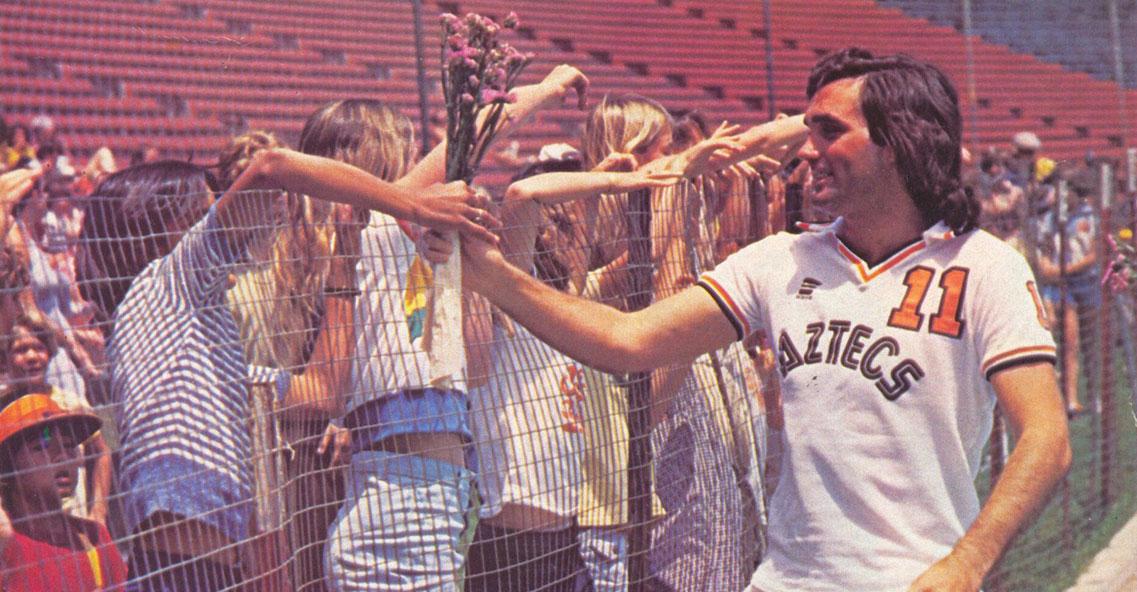George Best saludando al público