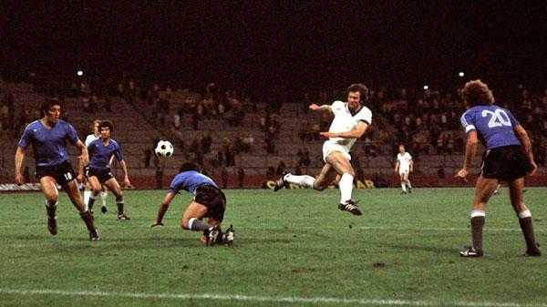 Peter Ducke jugando contra Argentina