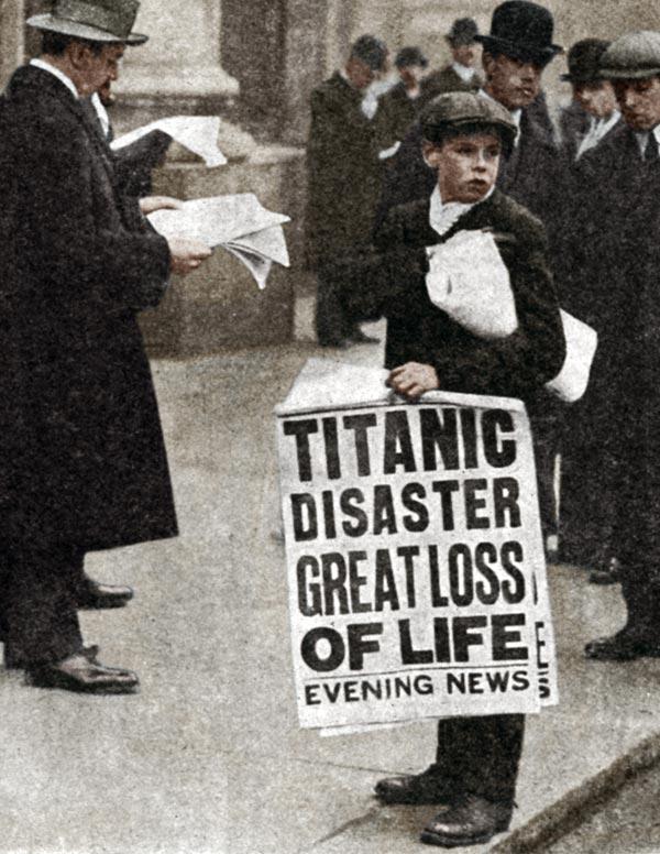 Niño con periódico de Titanic