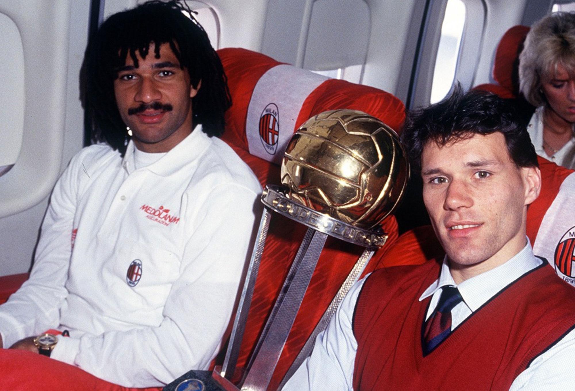 Gullit y Van Basten con la Copa Intercontinental