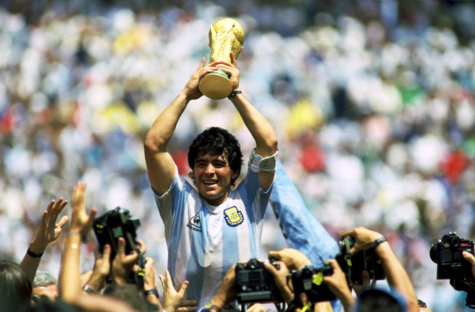 Diego Armando Maradona con la Copa del Mundo 86