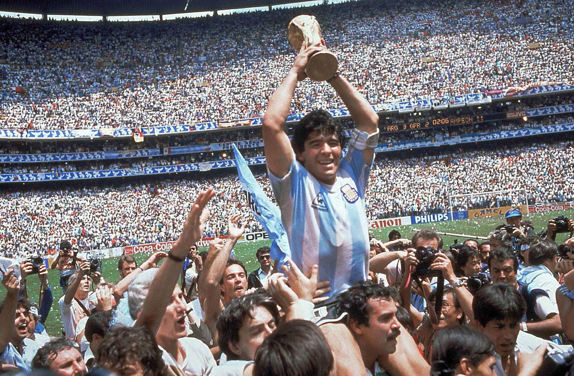 Diego Maradona con la Copa del Mundo 86
