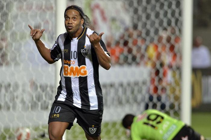 Ronaldinho celebra un gol con el Atlético Mineiro