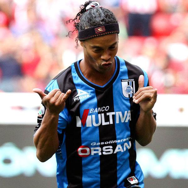 Ronaldinho celebra gol con Querétaro