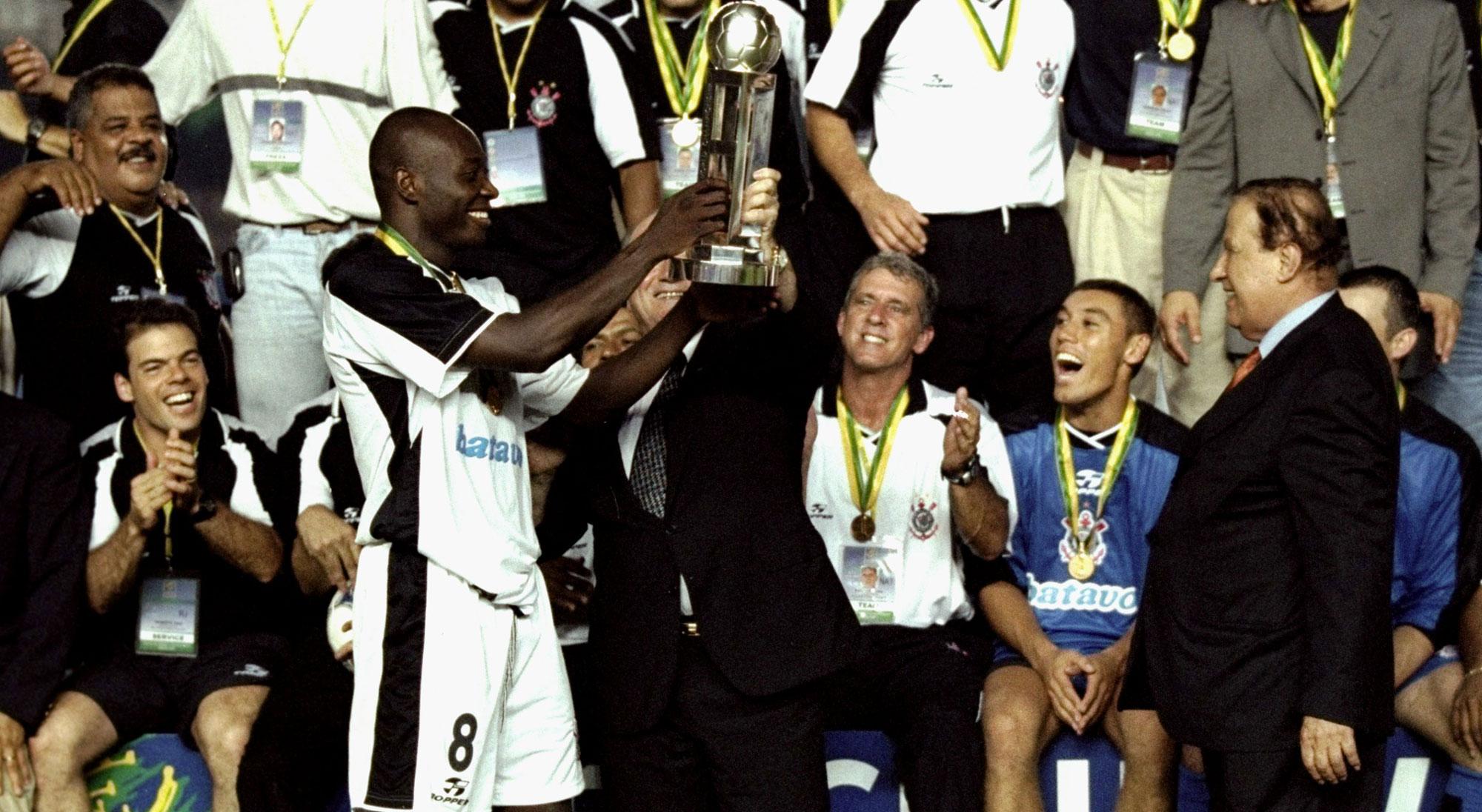 Freddy Rincón levanta el título de campeón del Mundial de Clubes 2000