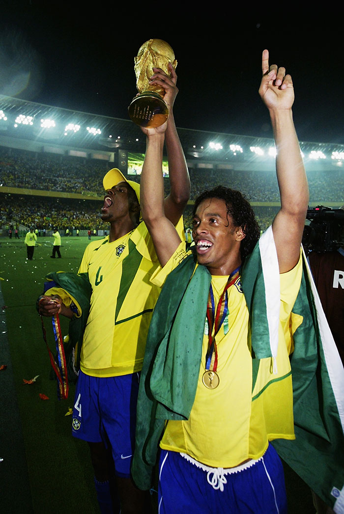 Ronaldinho con la Copa del Mundo tras ganar con Brasil el Mundial 2002