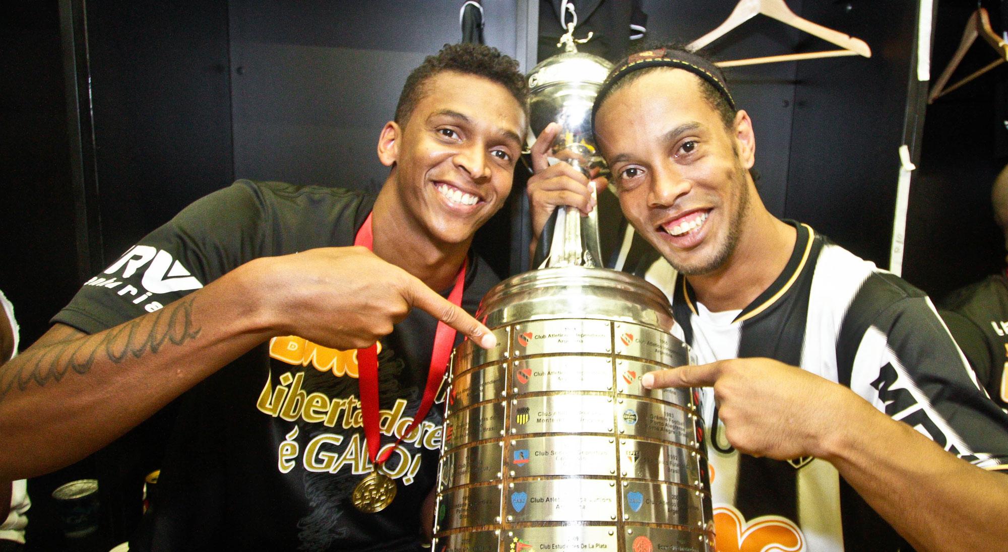 Ronaldinho y Jo Alves tras ganar la Copa Libertadores con el Atlético Mineiro