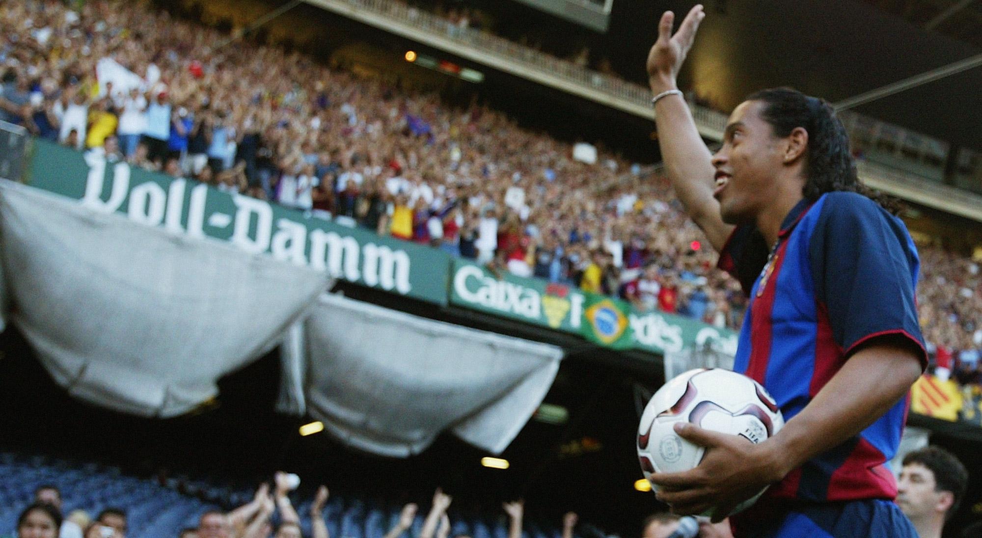Ronaldinho en su presentación con el Barcelona