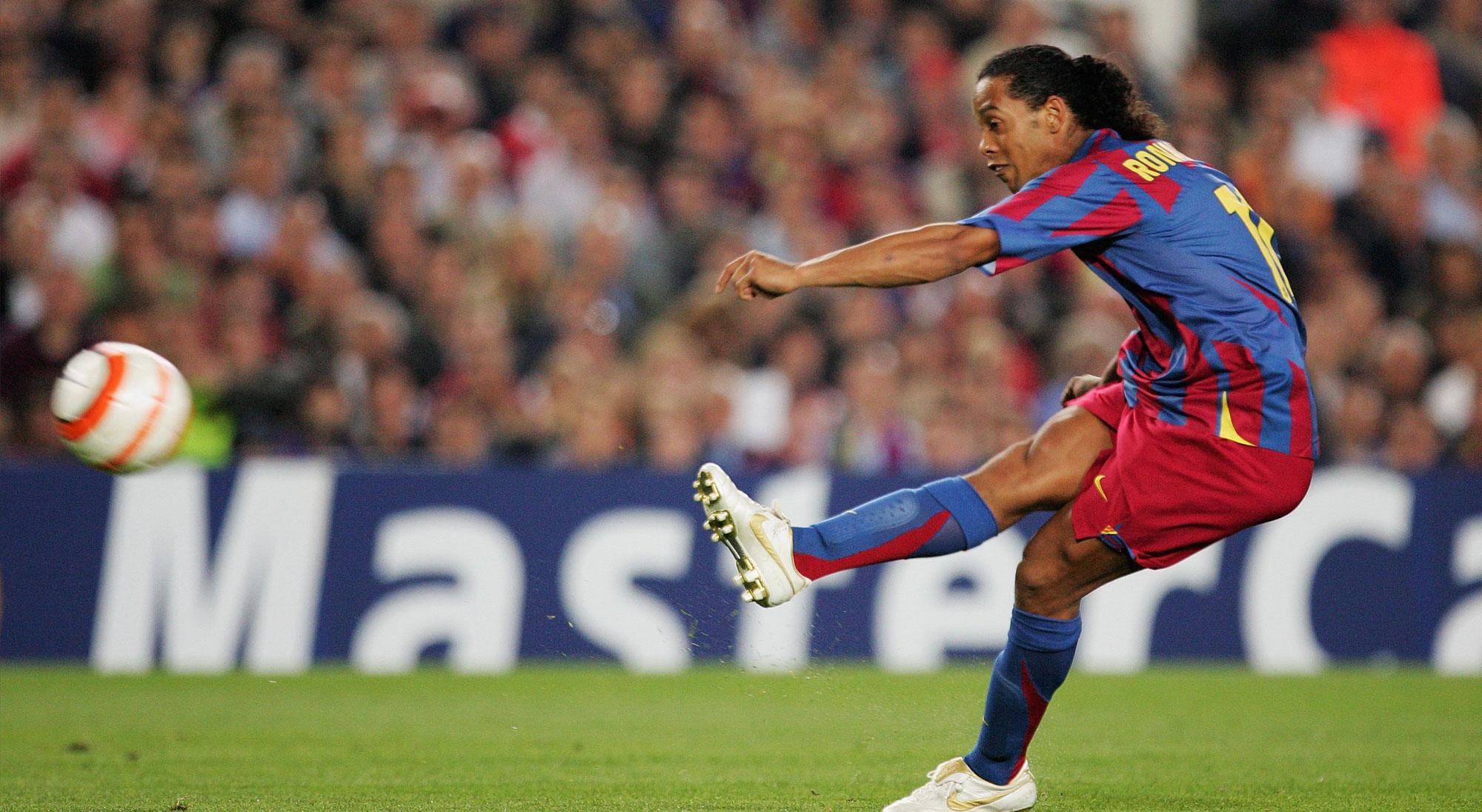 Ronaldinho lanza un falta con el Barcelona