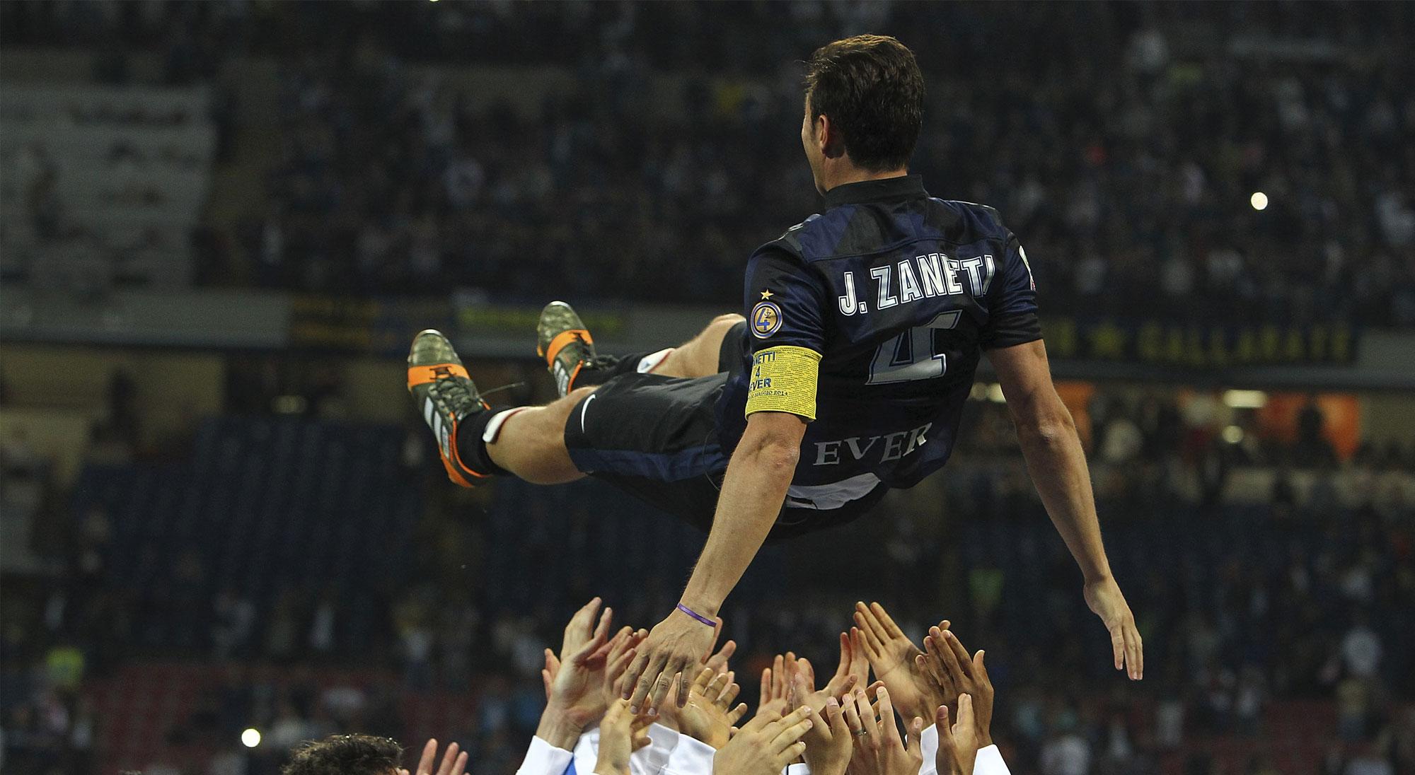Zanetti manteado el día de su retirada
