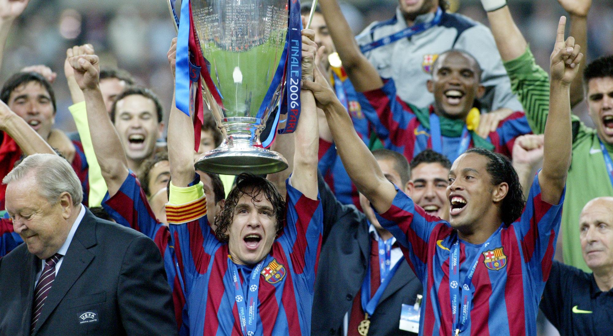 Ronaldinho y Puyol levantan la Copa de Europa con el Barcelona
