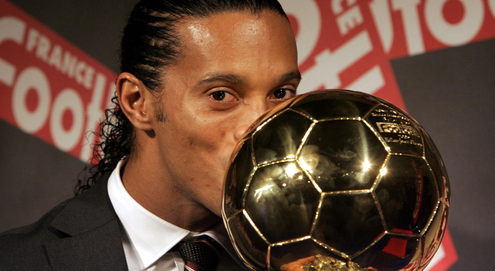 Ronaldinho besa el Balón de Oro