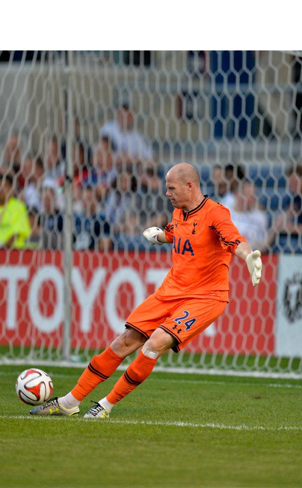 Friedel con el Tottenham sacando de puerta