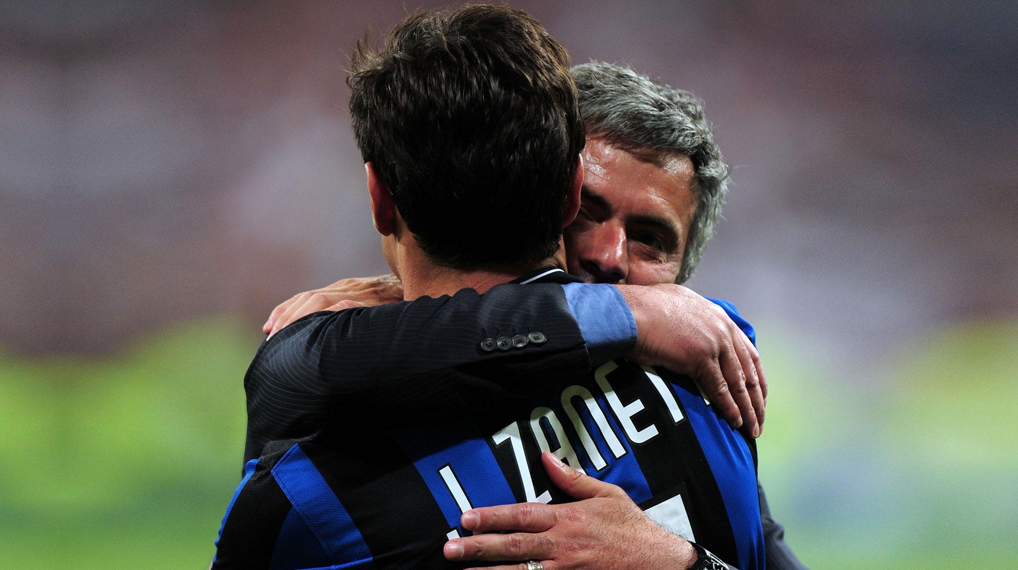 Zanetti abrazando a Mourinho