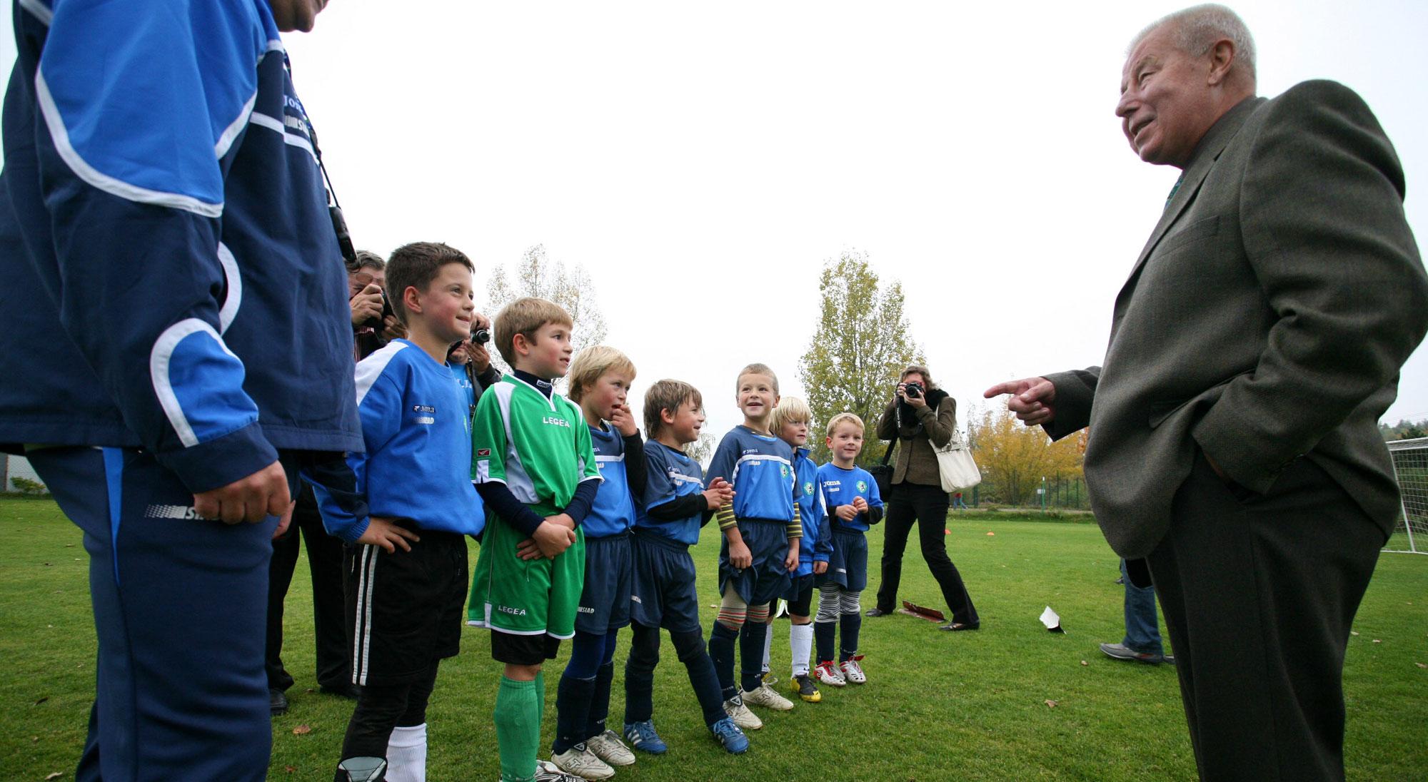 Escuela de fútbol de Masopust y niños