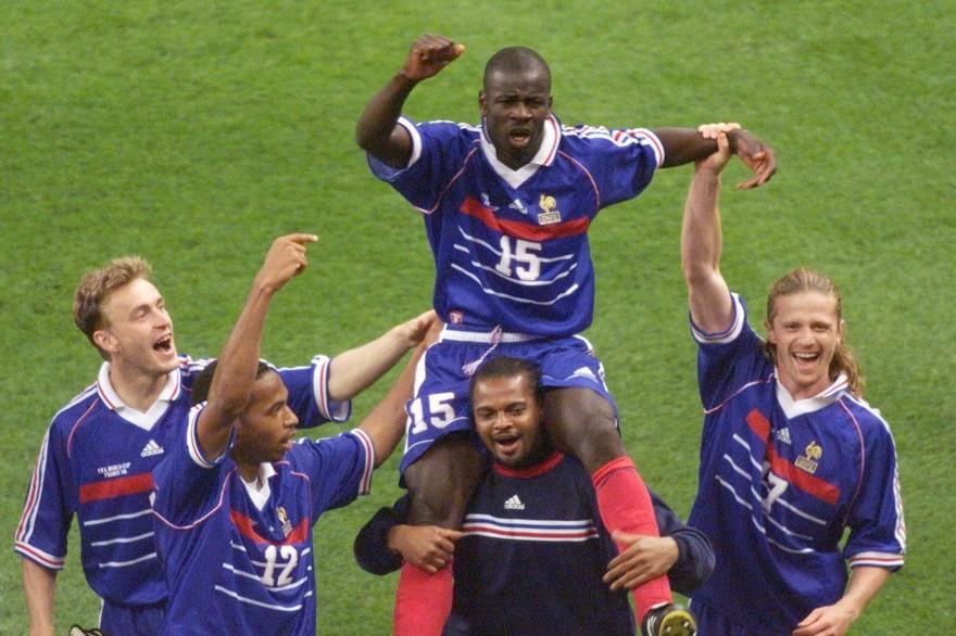 7772589582_lilian-thuram-porte-en-triomphe-apres-france-croatie-au-mondial-1998